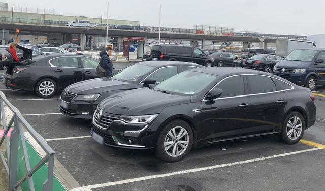 画像: パリ・オルリー空港のライドシェア駐車場で。 ルノー・タリスマン(手前)。生産は韓国のルノー・サムスンが担当している。