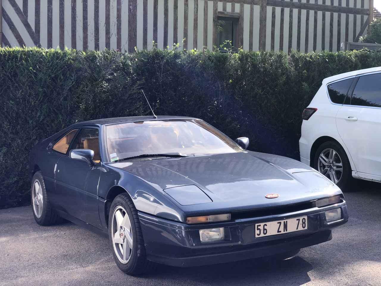 画像: ル・マン到着の前日に宿泊したノルマンディのホテルで、駐車場に停まっていた珍しいフレンチ・スポーツカー。MVSヴェンチュリ……って御存知?