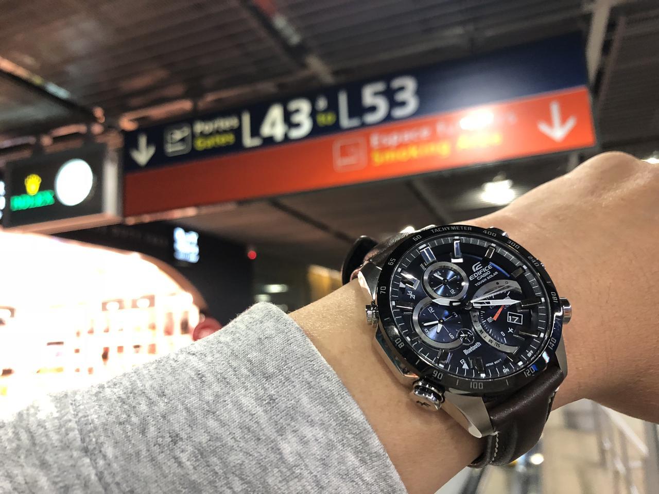 画像: 帰りのシャルル・ド・ゴール空港にて。フライトは23時25分発の深夜便。搭乗直前にボタンをワン・プッシュすれば日本時間がメインへと自動的に表示が切り替わる。これは本当に便利。