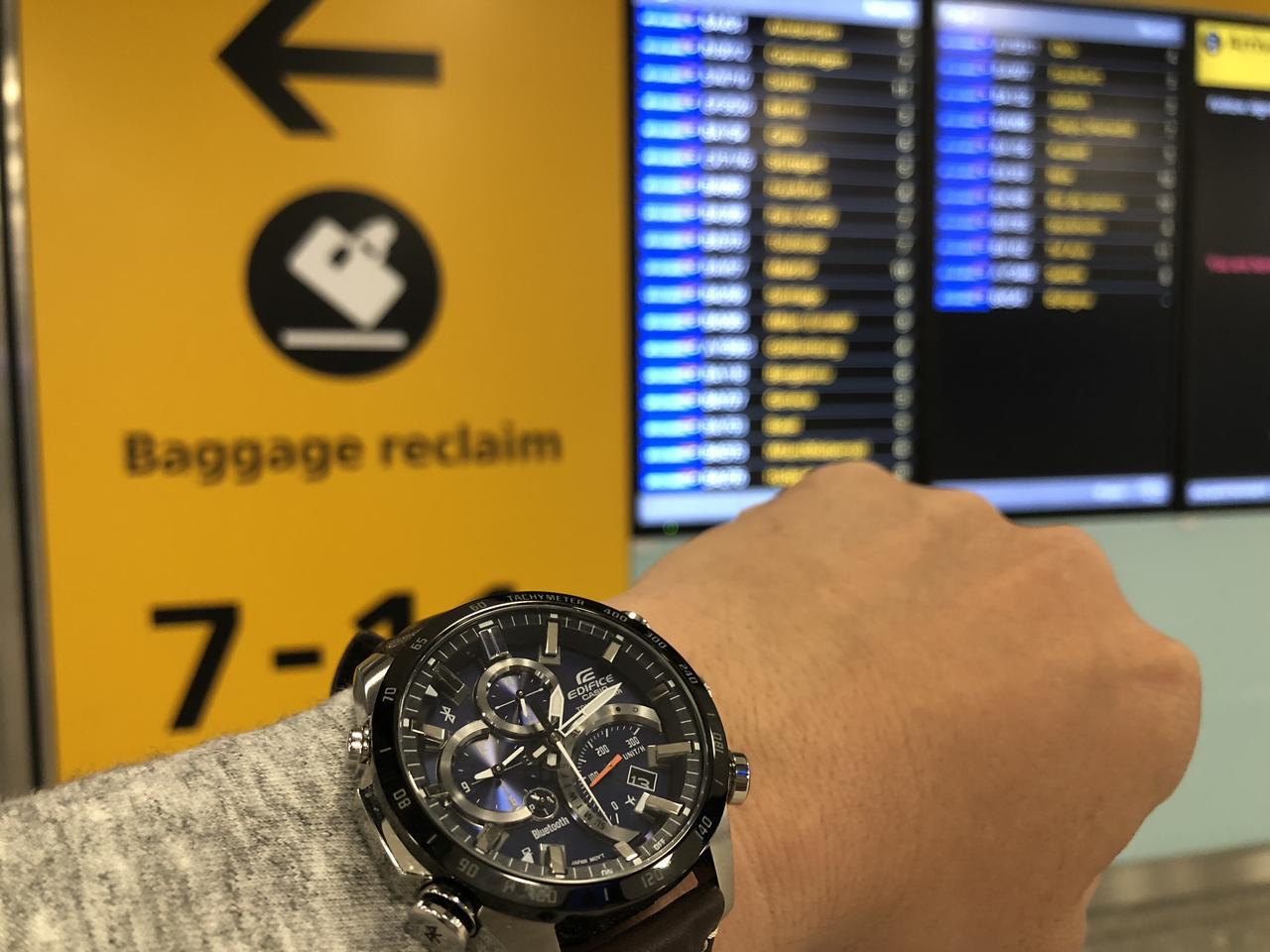 画像: 普通なら現地の空港に着いてから時刻を合わせなきゃならないのに、機内でのボタンのワン・プッシュだけでOK。羽田空港でセットしておいたロンドンの時間がメインに、東京の時間がサブにと自動的に切り替わってくれて、ヒースロー空港に着いたときには現地時刻を手に入れてるってわけだ。もちろん寝不足によるミスだってない。これは本当に便利。