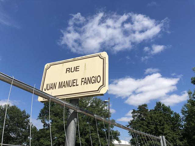 画像: レースが終わった後にサーキットから出ると、伝説的レーシング・ドライバーの名前を冠した通りの標識があった。ファン・マニュエル・ファンジオ通り。クルマ好きとして、モータースポーツ好きとして、こういうのにはいちいち感激させられる。