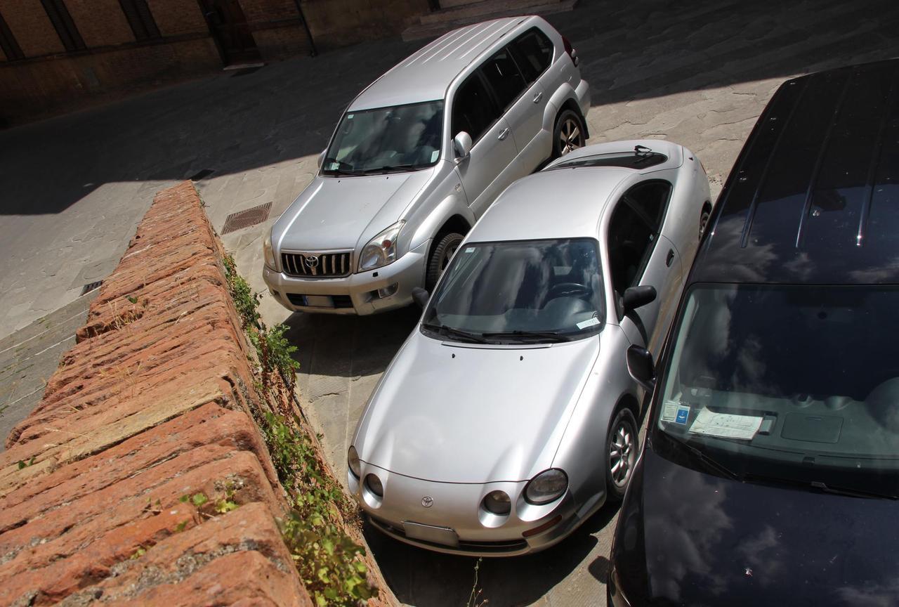 画像: 6代目トヨタ・セリカ(中央)。偶然にも隣は同じトヨタのランドクルーザーである。シエナにて2018年7月撮影。