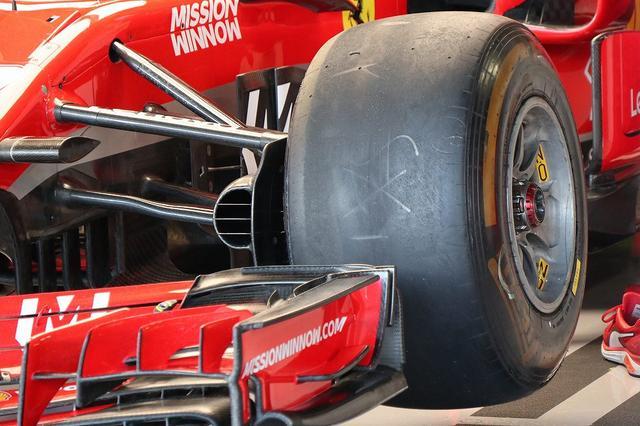 画像: こちらフェラーリのマシンですが、よく見ると塗装をしていないのが分かりますね。