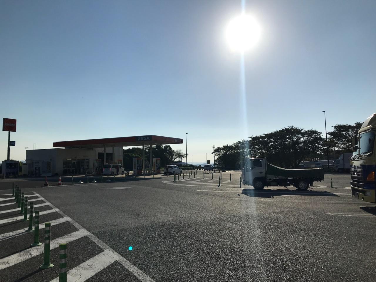 画像: 玄海灘にも近く海風が気持ちいい古賀サービスエリア。停車時のドアの開閉には注意が必要だ。