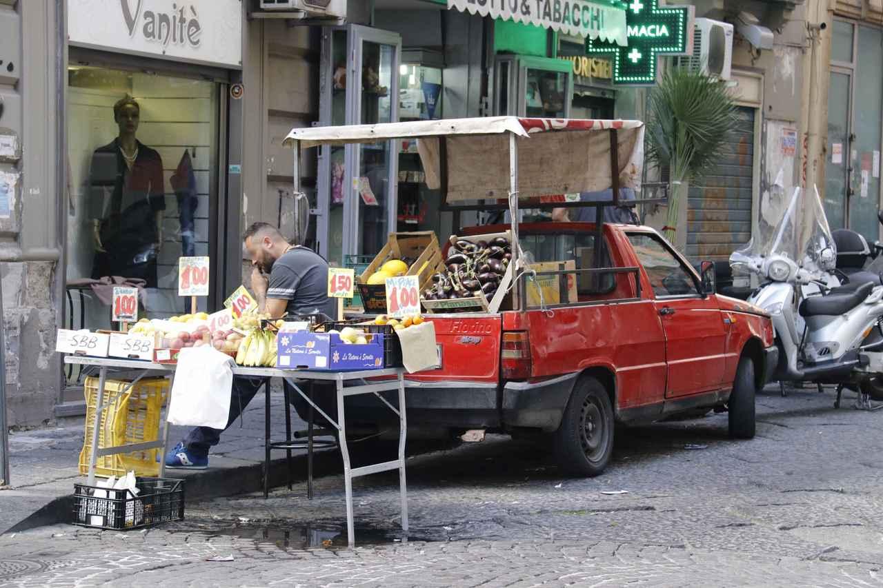 画像: フィアット・ウーノのピックアップ版「フィオリーノ」を用いた青果屋台。