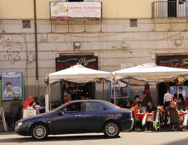 画像: イタリアでも少数派となった「アルファ・ロメオ156」。ジウジアーロがレタッチを加えた後期型である。