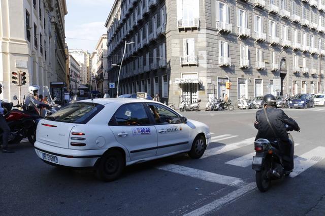 画像: 「フィアット・ブラーヴァ」。筆者も一時期イタリアで白の同型車に乗っていただけに、懐かしさがむせぶ。