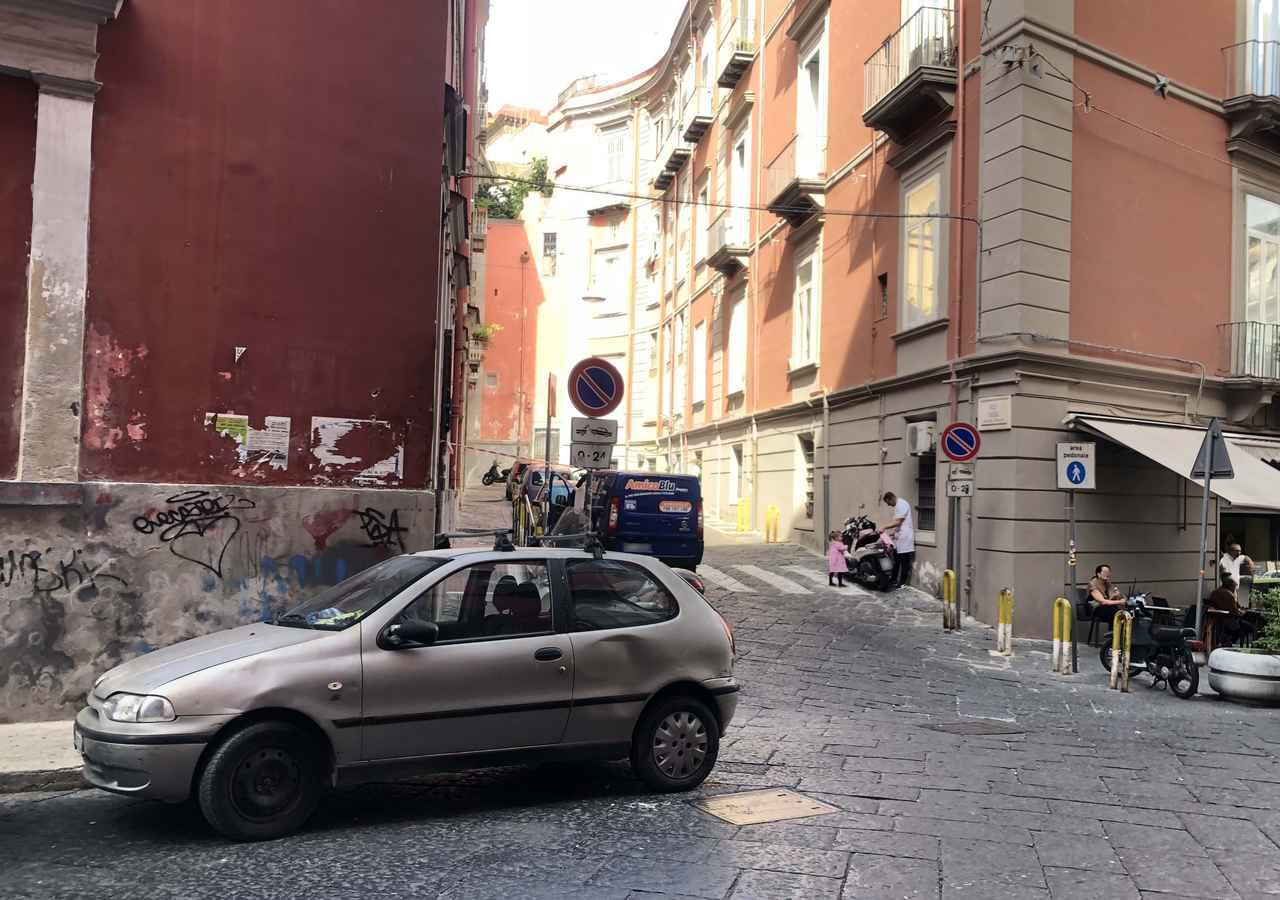 画像: 1996年に登場したフィアット製ワールドカー「パリオ」が佇む街角。イタリアにはブラジル工場製が輸入された。