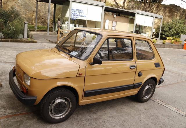 画像: 実用×お洒落系も。ナポリの高台・サンテルモ城で見つけた「フィアット126」。オリジナルに近い色で再塗装がなされている。