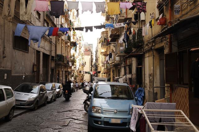 画像: ナポリの下町「スパッカ・ナポリ」にて。