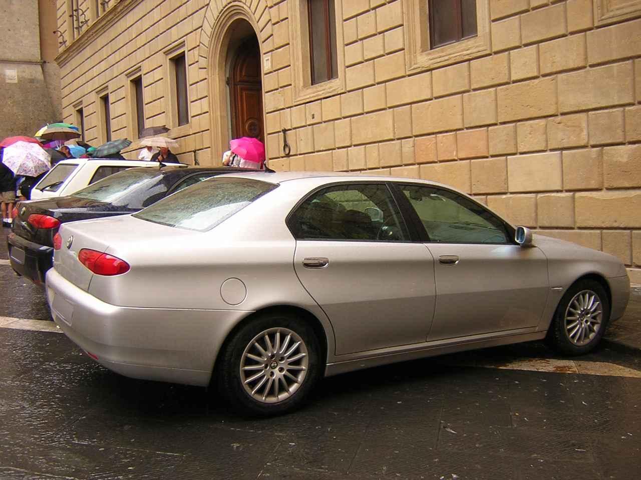 画像: アルファ・ロメオ164は人気だったが、写真の166が誕生した頃には、イタリア人の中でセダンといえばドイツ製プレミアムモデルになってしまっていた。2005年9月。