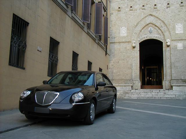 画像: 1472年に創立されたモンテ・デイ・パスキ・ディ・シエナ銀行本店前で。ランチア・テージス。2003年11月。