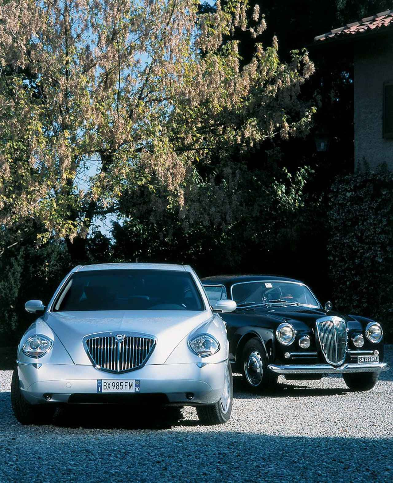 画像: 2001年ランチア・テージスと、1950年のランチアを代表する1台、アウレリアB20。