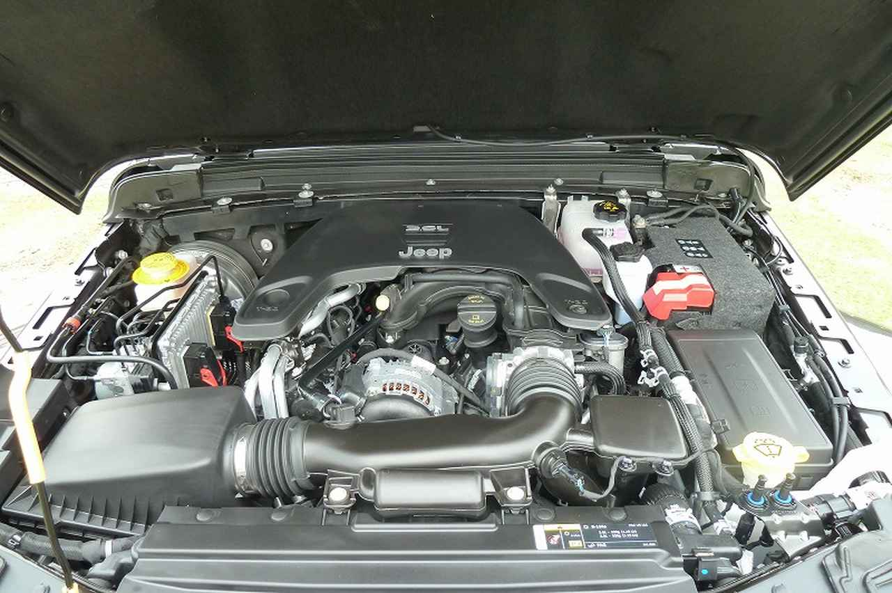 画像: 自然吸気の3.6リッターV6エンジンは、2ドアの「スポーツ」や4ドアの「アンリミテッド サハラ ローンチエディション」などに搭載される。