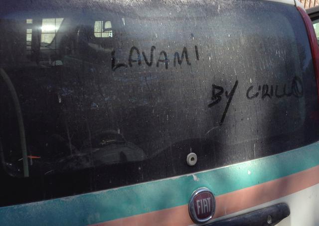 画像: ばっちいクルマによく落書きされている「Lavami(私を洗って)」。