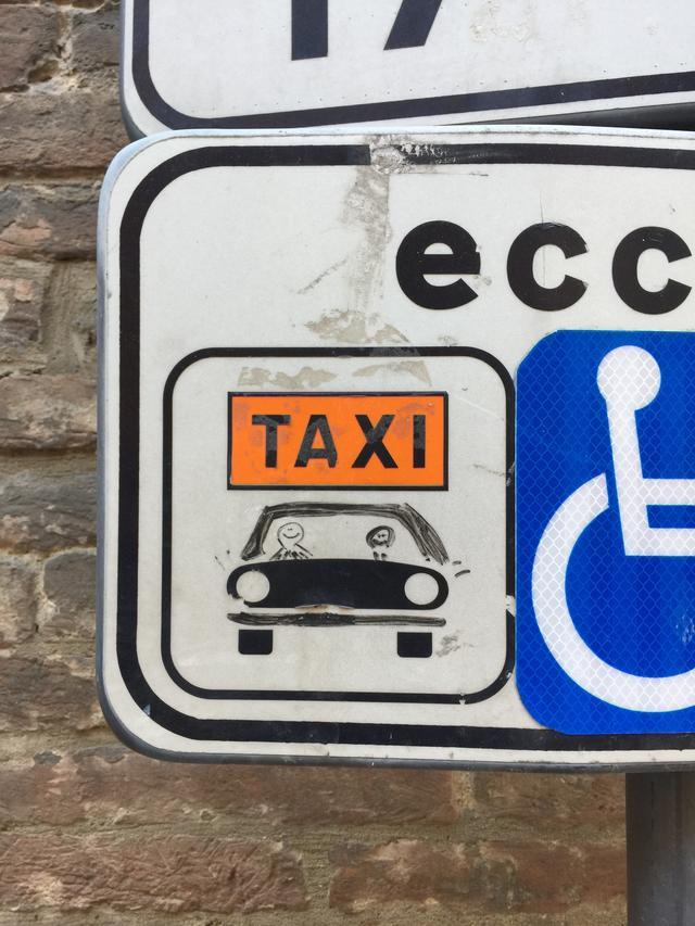 """画像: タクシー乗り場のサイン。オリジナル以上の""""修復""""が。"""