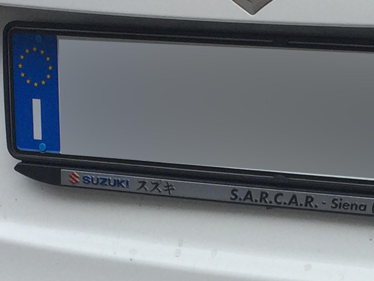画像: シエナのスズキ販売店によるナンバープレート用フレーム。カタカナでオシャレ感増幅。