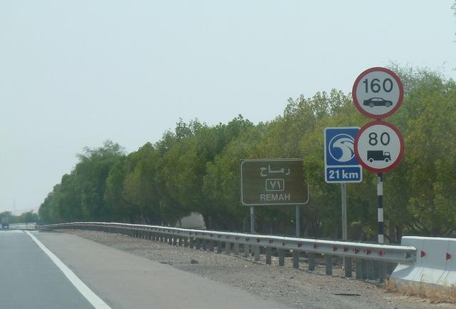 画像: 3車線から4車線ある道路はどこも良く整備され、制限速度は最大で160km/h。