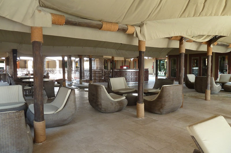 画像: 落ち着いたバーとラウンジ、太い材木で支えるテントの2重構造が良くわかる。壁もテントなのに快適性が確保され、オープンスペースも思ったより快適だ。