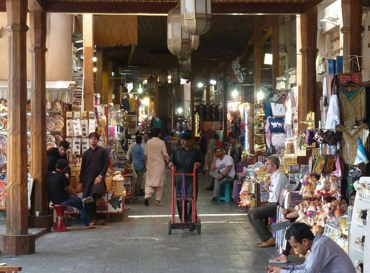 画像: スークはアラブの市場。土産物や香辛料、ナッツや中東ではポピュラーなナツメヤシの実、ディーツ。布地やカーペット、スカーフなどアラブっぽい品々が所狭しと並べられ、活気に溢れている。
