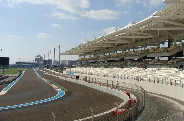 画像: F1アブダビグランプリの開催地としても有名な、ヤスマリーナ・サーキットは、きちんと整備されているので、快適、安心して楽しめます。様々な体験コースがあり、レベルによって好きなものを選ぶことができます。助手席に座ったり、運転トレーニングを受けたり、レースのライセンスコースまであるので、運転初心者から上級者まで楽しめる幅広いコース設定も魅力。