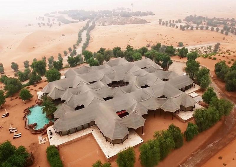 画像: 砂漠の中のオアシスをイメージしたホテル、テラル・リゾート・アルアインは今回のたびのハイライトのひとつだ。写真でもわかるように砂漠の遊牧民ベドゥンの住居をイメージしてテントで作られるが、きっちりと外気は遮断され、なかは快適。この建物にはレセプションやレストランなどがあり、客室は少し離れている。