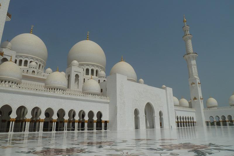 画像: アブダビ観光のハイライトは何と言っても世界最大のモスクと言われる『シェイク・ザイード・グランド・モスク』だ。異教徒も見学できるのも魅力のひとつで、女性はイスラム教徒の衣装やスカーフをレンタルできる。その美しさにはとにかく圧倒される。