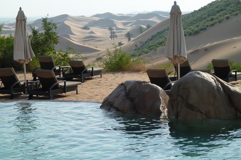 画像: 砂漠のプールほど贅沢なものはない。気温48℃でも通り抜ける風は爽やかで、砂漠を見ながら至福の時を楽しむことができる。