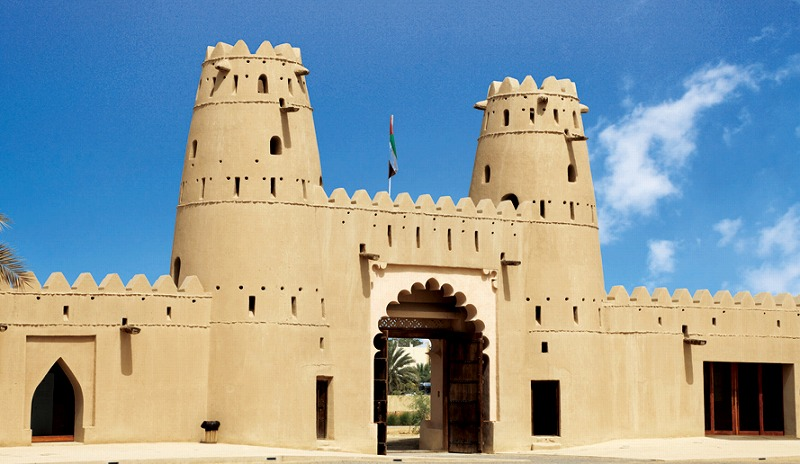 画像: アルアイン市内のハイライトのひとつ。2011年に世界遺産に登録されたアルジャヒリ要塞は、周りにあるオアシスや井戸と大切なヤシの木などを守る目的で1891年にザイード1世の命令で造り始め、1898年に完成した城塞だ。