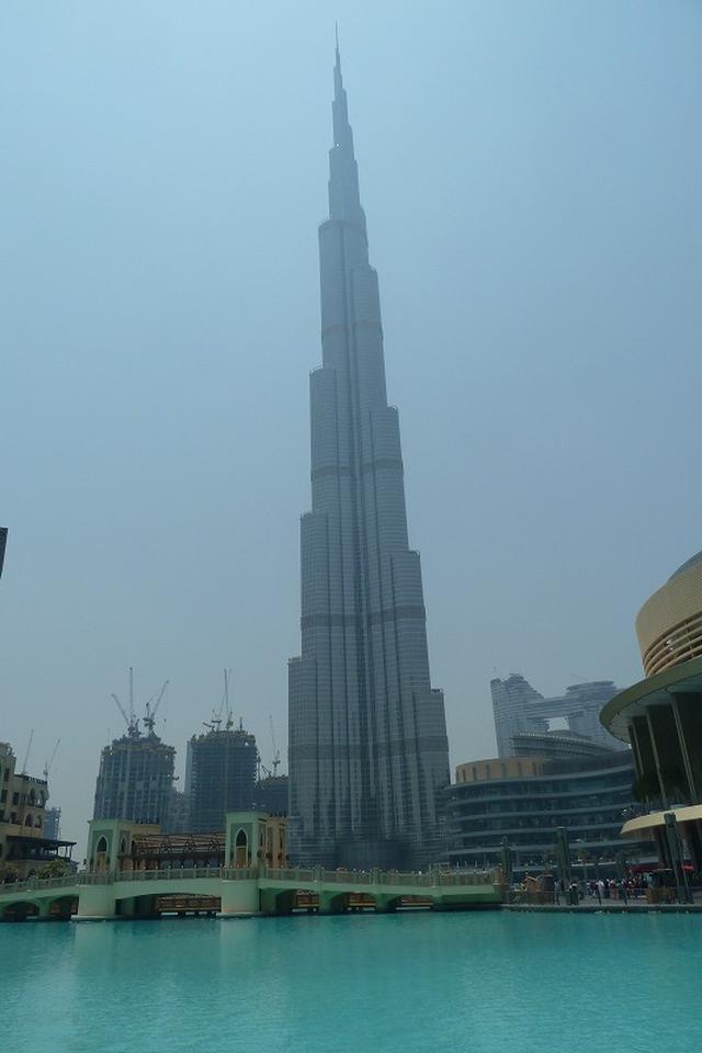 画像: ドバイの象徴的存在、『ブルジュ・ハリファ』。世界一高い高層ビルで、全高828m、206階建て。やはり世界最大のショッピングモール『ドバイモール』が隣接している。さらにドバイでは、982mから最大1400mまで建造可能な『ドバイ・クリーク・タワー』の建設もはじまっていて、世界一を守り抜いている。