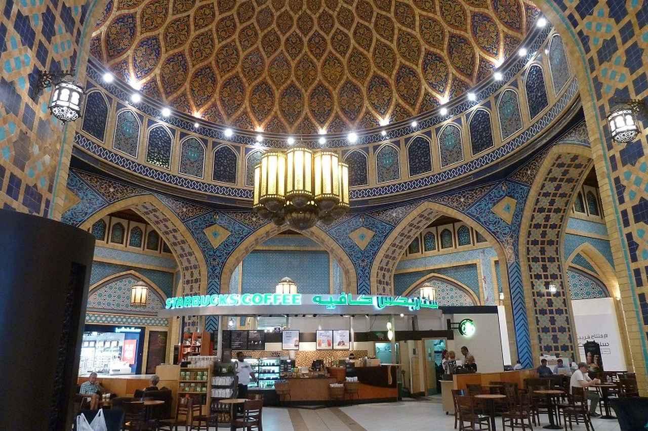 画像: 世界一美しいと言われるスターバックスはペルシャ・コートにあり、美しいモザイクの天井は一見の価値あり。