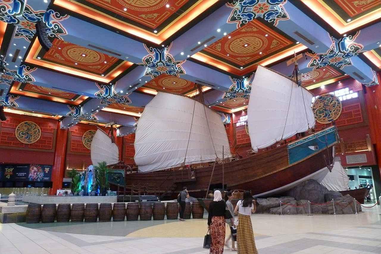 画像: チャイナコートの目玉は巨大な船で、15世紀の中国人船乗りの物語がイメージされ、その奥には映画館がある。この巨大さと広さはとてもショッピングモールには見えない。