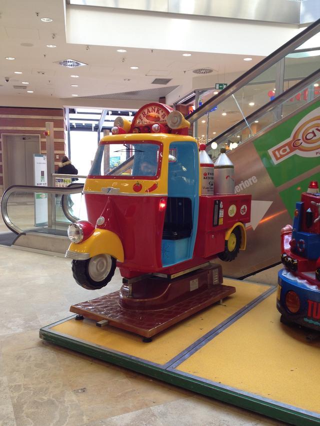 画像: 再びシエナ。駅前ショッピングセンターに2015年頃設置された3輪トラック、ピアッジョ・アペ風。