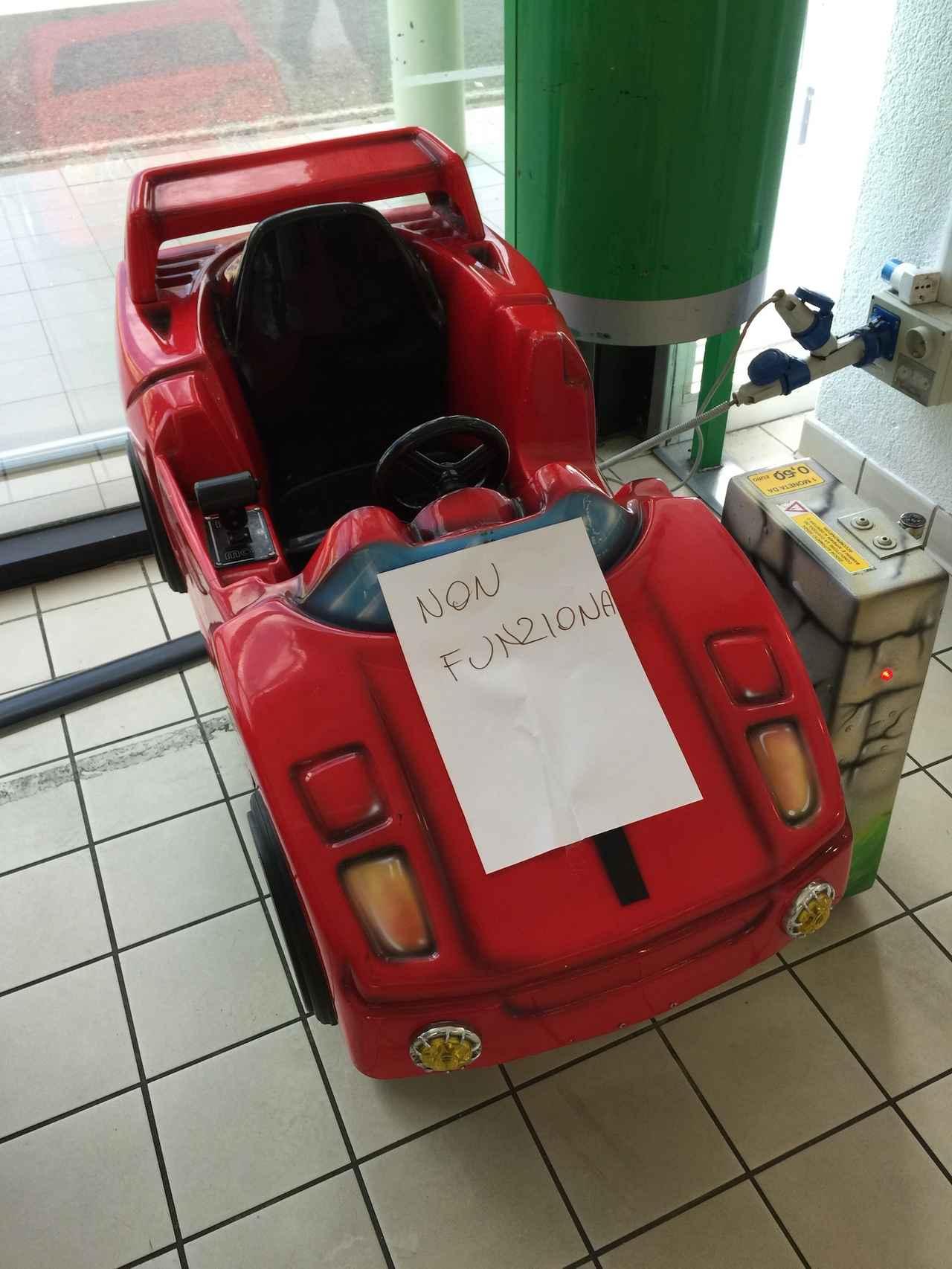 画像: フェラーリF40風。残念ながら「故障」の張り紙も、イタリアにおける社会勉強のひとつ?1回0.5ユーロ(約60円)の安心価格。シエナ県ポッジボンシにて。