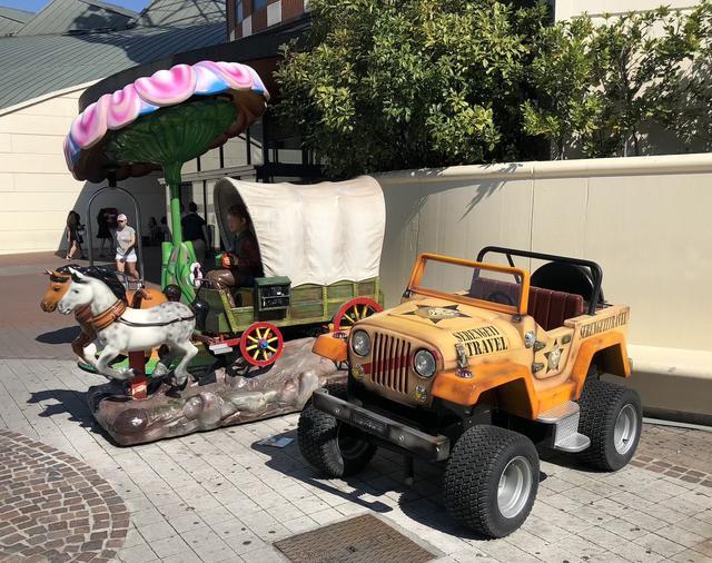 画像: アメリカンな幌馬車の横にジープ風。フィレンツェのショッピング・モール「イ・ジーリ」にて。