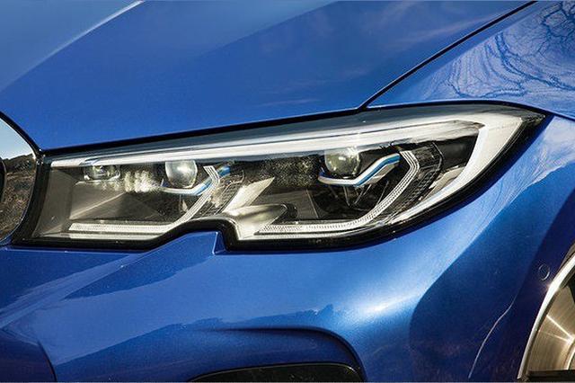 画像: 下側の切り欠きが特徴的な新デザインのヘッドランプ。「330i Mスポーツ」には、車両が自動で照射範囲を調整する、アダプティブLEDヘッドライトが標準装備される。