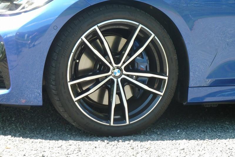 画像: Mスポーツのタイヤサイズはフロント225/45R18、リア255/40R18が標準で、試乗車にはオプションのファストトラックパッケージが組み合わせられ19インチアルミホイールにフロント225/40R19、リア255/35R19を装着する。