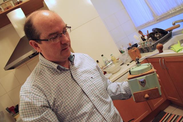 画像: 筆者の知人でパリ在住のディディエ氏もプジョー製コーヒーミルのコレクターである。