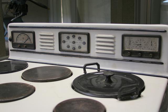 画像: アルファ・ロメオ製オーブンのクローズアップ。3連メーターは左から温度、 各機能の作動状況、タイマー。