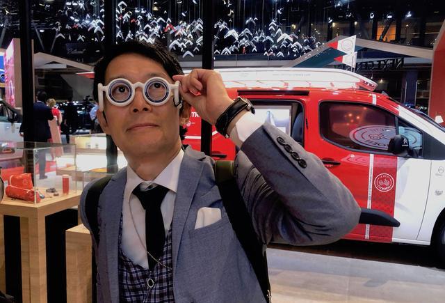 画像: 絶賛発売中のリラクゼーション用アイウェア「シートロエン」を試す筆者。2018年パリ・モーターショーで。