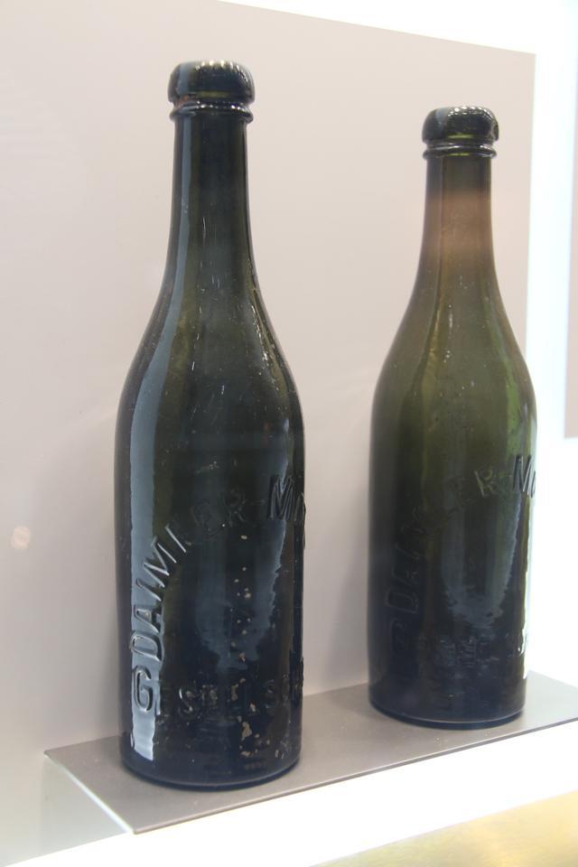 画像: ダイムラーの従業員用レモネード瓶。1905年頃のもの。シュトゥットガルトのメルセデス・ベンツ博物館蔵。