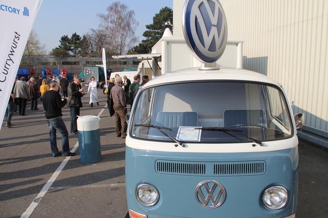 画像: フォルクスワーゲン(VW)のクラシック部門によるカリーヴルスト屋台。2012年ドイツ・エッセンのヒストリックカー・イベント「テヒノクラシカ」で。