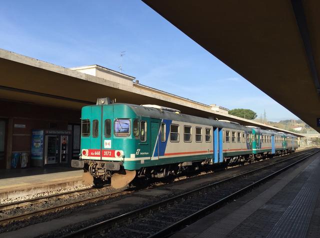 画像: フィアット製ALn668 3100系気動車。シエナ駅にて。