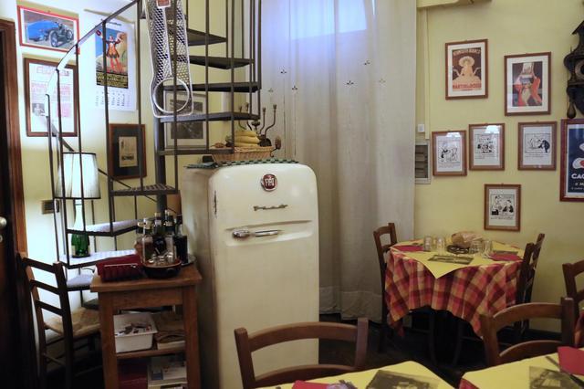 画像: フィアット製冷蔵庫。赤いバッジは後付である。トリノ・リンゴットの食堂「オステリアF.I.A.T.」にて。