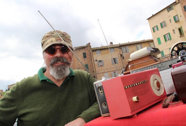 画像: ラジオマレリによる往年のプロダクトが、青空骨董市で売られていた。シエナにて。