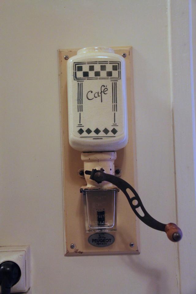 画像: 同じプジョーの壁掛け式コーヒーミル。