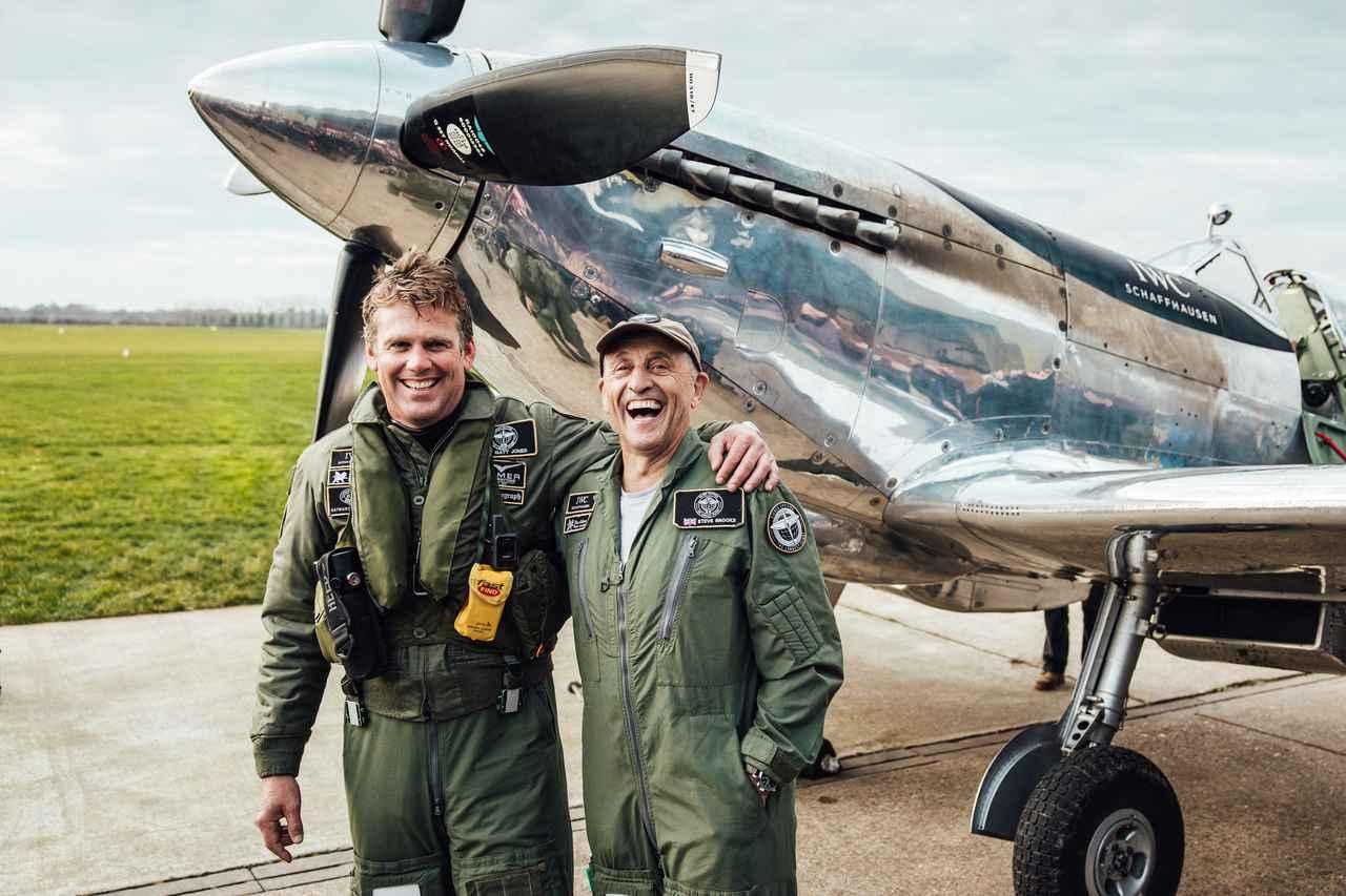 画像: 76年前のスピットファイア機で世界一周飛行を成し遂げたマット・ジョーンズ氏(左)とスティーブ=ボールトビー・ブルックス氏(右)。2019年12月5日、英国グッドウッドにて。(photo=IWC SCHAFFHAUSEN)