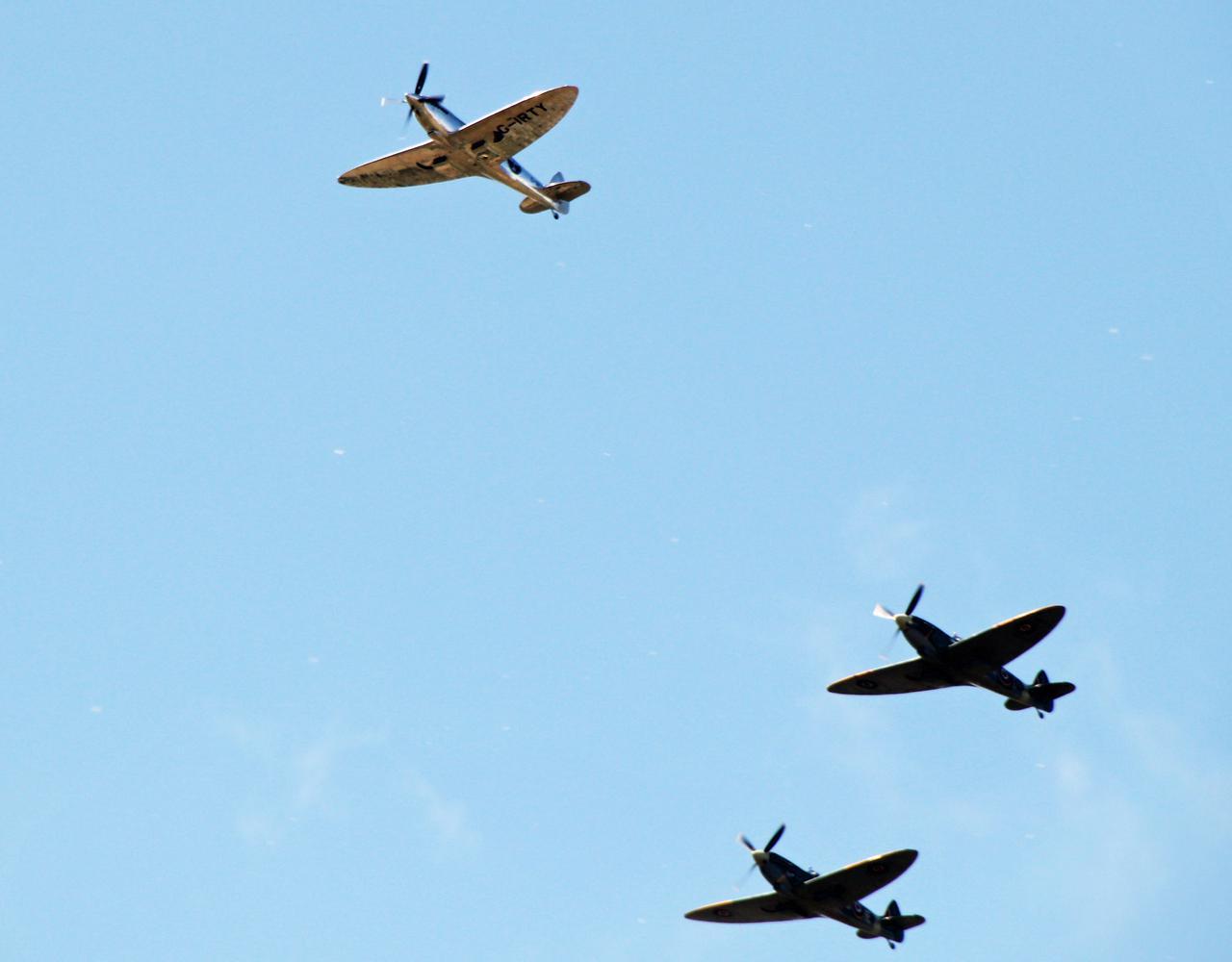 画像: 特徴的な楕円翼型を見せながら、同型機とともに飛行するシルバー・スピットファイア。