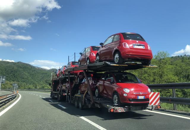 画像: フィアット500Cを満載した陸送車。