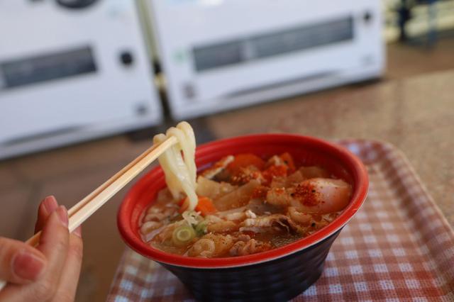 画像: 豚汁うどん。温玉トッピング500円。七味は多めにかけるタイプです。